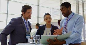 Mång- etniskt affärsfolk som diskuterar över mapp under ett seminarium 4k stock video