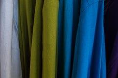 Mång- färg av kläder som göras från bomull, slut upp Arkivfoton