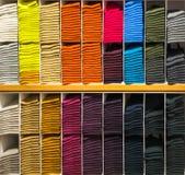 Mång--färg sockor på hyllan för bakgrundsbruk Royaltyfri Fotografi