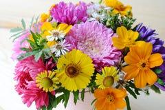 Mång--färgad bukett av blommor Arkivfoto