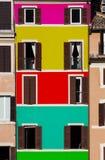 Mång--färgad fasadbyggnad Windows öppnade och stängde sig Royaltyfri Bild