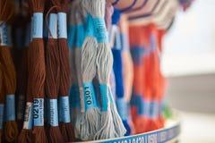 Mång--färgad floss på ställningen i shoppar, den selektiva fokusen fotografering för bildbyråer