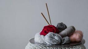 Mång--färgad tråd för att sticka i en maträtt Garn för att sticka på en vit bakgrund Sticka som en sort av handarbete fotografering för bildbyråer
