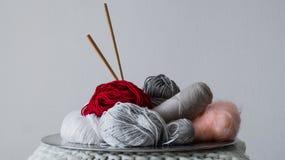 Mång--färgad tråd för att sticka i en maträtt Garn för att sticka på en vit bakgrund Sticka som en sort av handarbete arkivbild