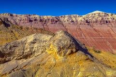 Mång--färgade berg Aktau Naturreserv Altyn-Emel, Kasakhstan Arkivfoto