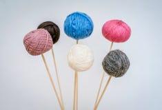 Mång--färgade bollar av ullgarn för att sticka arkivfoto