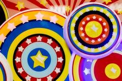 Mång--färgade cirklar och stjärnor vektor illustrationer