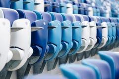 Mång--färgade fåtöljer med nummer på en fotbollsarena Blått- och vitfärg Royaltyfria Bilder