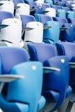 Mång--färgade fåtöljer med nummer på en fotbollsarena Blått- och vitfärg Royaltyfri Fotografi