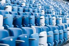 Mång--färgade fåtöljer med nummer på en fotbollsarena Blått- och vitfärg Royaltyfria Foton