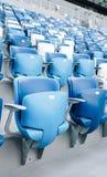 Mång--färgade fåtöljer med nummer på en fotbollsarena Blått- och vitfärg Royaltyfri Bild