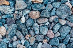 Mång--färgade havsstenar, strandkiselstenar bakgrund, textur royaltyfria bilder