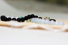 Mång--färgade pärlor på en vit bakgrund Royaltyfria Foton