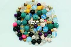Mång--färgade pärlor på en vit bakgrund Royaltyfri Fotografi