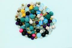 Mång--färgade pärlor på en vit bakgrund Royaltyfria Bilder