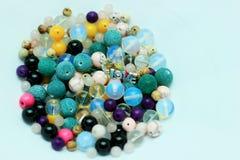 Mång--färgade pärlor på en vit bakgrund Royaltyfri Foto