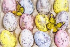 Mång--färgade påskägg i äggcellerna lyckliga easter kort easter Närbild slapp fokus royaltyfri fotografi