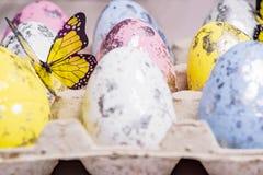 Mång--färgade påskägg i äggcellerna lyckliga easter kort easter Närbild slapp fokus royaltyfri foto