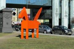Mång--färgade Pegasus skulpturer i Warszawa Arkivbild