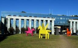 Mång--färgade Pegasus skulpturer i Warszawa Royaltyfri Bild