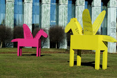 Mång--färgade Pegasus skulpturer i Warszawa Arkivfoton