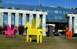 Mång--färgade Pegasus skulpturer i Warszawa Royaltyfri Foto