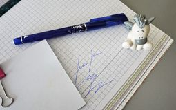 Mång--färgade pennor som läggas beautifully på skrivbordet arkivfoto