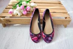 Mång--färgade skor på en palett, tulpan trendigt begrepp Fotografering för Bildbyråer