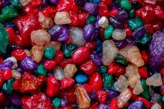 Mång--färgade små färgrika stenar, mineraler, abstrakt textur, som mycket trevlig naturlig bakgrund, modell, tapet eller Royaltyfria Bilder