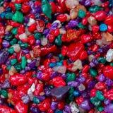 Mång--färgade små färgrika stenar, mineralnärbild som mycket trevlig naturlig bakgrund, bakgrund och design, fyrkant Royaltyfria Foton