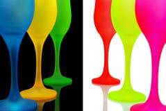 Mång--färgade vinexponeringsglas på svartvit bakgrund. Arkivbild