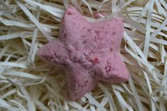Mång--färgat härligt saltar bombarderar använt för bad fotografering för bildbyråer