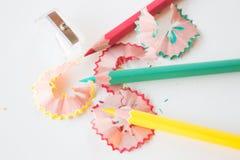 Mång- färgblyertspennor och vässar på sketchbook Royaltyfri Fotografi
