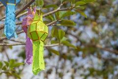 Mång--färgen av garnering för Lanna bönlyktor på ett träd i ceremonier på en buddistisk tempel royaltyfri foto