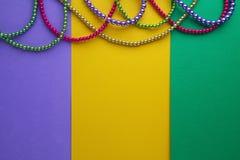 Mång- färgMardi Gras pärlor på pappers- bakgrund Top beskådar arkivbilder
