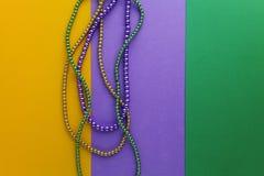 Mång- färgMardi Gras pärlor på pappers- bakgrund Top beskådar arkivfoton