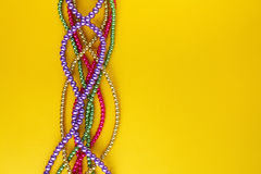 Mång- färgMardi Gras pärlor på pappers- bakgrund Top beskådar arkivfoto