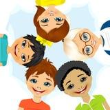 Mång- folkgrupp av barn som bildar en cirkel Arkivbilder