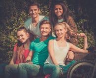 Mång- folkgrupp av sportigt tonårs- i en parkera royaltyfria foton