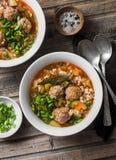 Mång- korn, köttbullar och grönsaksoppa på en trälantlig bakgrund, bästa sikt Sund säsongsbetonad mat för komforthusmanskost Arkivfoton