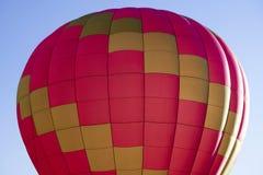 Mång- kulör fluga för ballong för varm luft i den blåa himlen royaltyfri bild