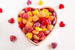 Mång- kulör hjärta formad valentindaggodis i keramisk bunke Arkivfoton
