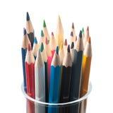 Mång- kulöra blyertspennor i den glass kruset Royaltyfri Bild