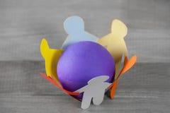 Mång- kulöra pappers- för snitt som diagram ut bildar cirkeln runt om boll Royaltyfria Foton
