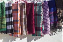 Mång- kulöra traditionella planlagda halsdukar royaltyfria bilder