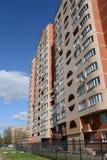 Mång--lägenhet hus på den Dzerzhinsky gatan i Kokoshkino, Novomoskovsk administrativt område av Moskva Arkivfoto
