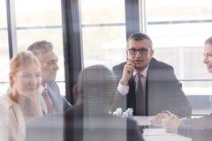 Mång--person som tillhör en etnisk minoritet affärsfolk som har diskussion i bräderum på kontoret Royaltyfri Fotografi