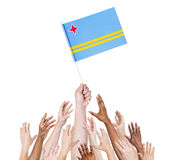 Mång--person som tillhör en etnisk minoritet armar som lyfts för flaggan av Aruba Royaltyfri Foto