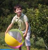 Mång--person som tillhör en etnisk minoritet barn som spelar bollen Arkivbilder