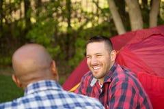 Mång--person som tillhör en etnisk minoritet grupp av vänner som talar och campar Royaltyfri Fotografi